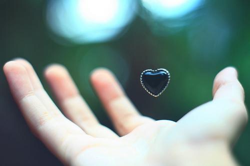 hablar con la mano en el corazón